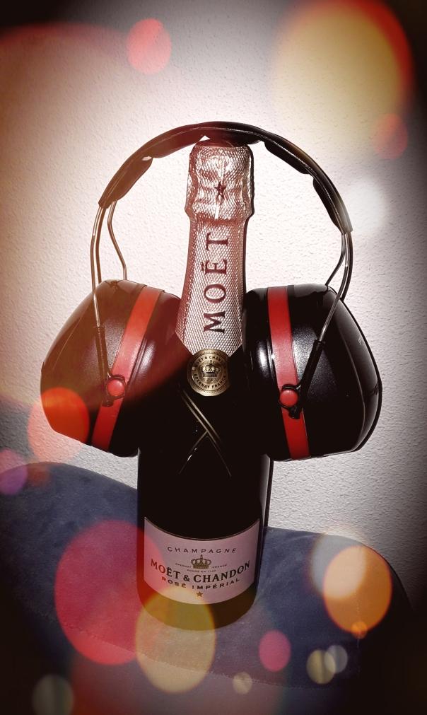 Een fles Moët Rose Imperial champagne met fabrieksgehoorkappen.